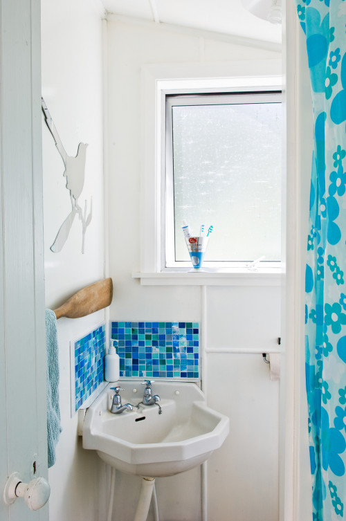 retro bach, bathroom, holiday home, white and blue bathroom